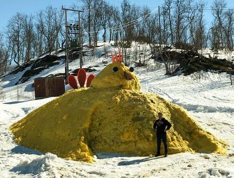 Påskens største? Torbjørn Orrhaug er stolt som en hane når han viser frem gårdens flotte påskehøne.