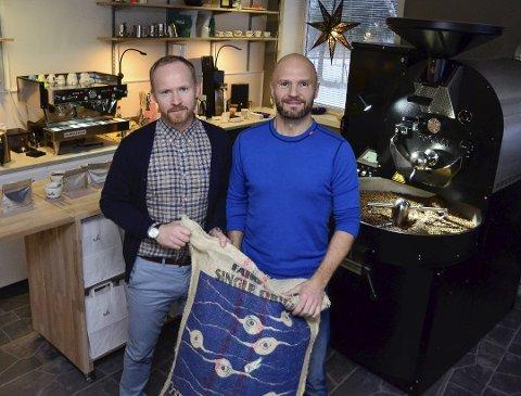 Espen Kalkenberg (t.v.) og Howar Johnsen starter Munin Kaffehus i de gamle lokalene til Babettes. De tar med seg brenneriet slik at folk skal få se hele prosessen som ligger bak en god kopp kaffe.