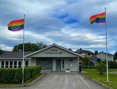 Fotball for alle innebærer retten til å elske hvem du vil, skriver Rana Fotballklubb på Facebook i forbindelse med at klubben heiser Pride-flagget foran klubbhuset på Sagbakken.