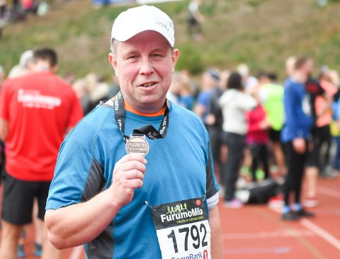 24. GANGEN: Den ivrige 44-åringen Per Ragnar Tuftin viser stolt fram medaljen, som bevis på at han har fullført enda en mil på Furumo.