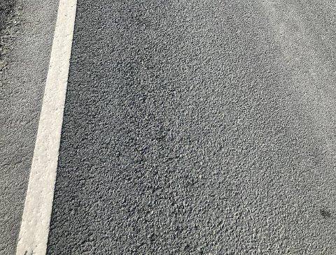 ASFALT: Morten Borgen lurer på om salting er årsaken til at asfalten mellom Nakkerud og Tyristrand går i oppløsning.