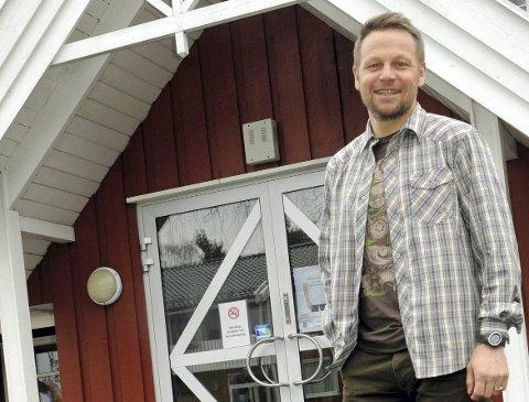VENTER: Rektor ved Ringerike Folkehøgskole, Morten Eikenes, venter flere testsvar mandag.