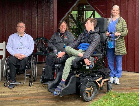 GIR GAVE: Fra venstre John Åge Corneliussen og Morten Fugleberg i handikapforbundet, i rullestolen Herman Moen Engelstad, og Austjord-ansatt Yvonn Rasmussen.