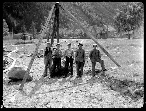 Arbeidere i ferd med å anlegge Tveitoparken engang på 1930-tallet (foto Olaf Theodor Andersen)