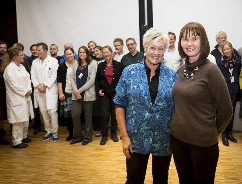 Kan forske videre: Anne Lise Ryel fra Kreftforeningen sammen med forsker Anne Hansen Ree fra Ahus. Hun var en av mange som fikk utdelt midler til kreftforskning.Begge foto: Lisbeth Andresen