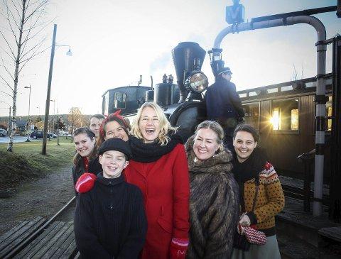Detta blir gøy: Manusforfatter Mari Mehus (i rødt) sammen med noen av skuespillerne.Foto: Ola Einbu