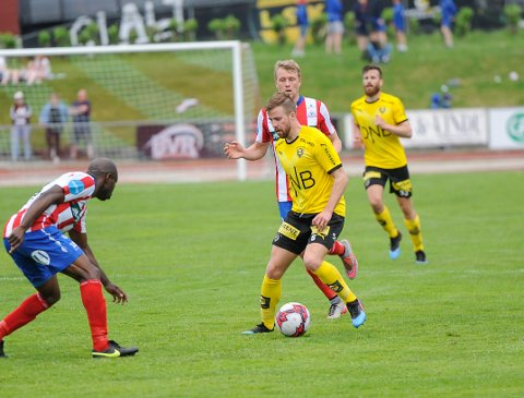 SPESIELT MØTE: Simen Rafn møtte Filip Westgaard (bak) og flere andre kamerater i cupkampen mot Kvik Halden.