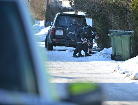 GJORDE UNDERSØKELSER: Politiet gjorde flere undersøkelser i nærområdet der ranet skjedde.