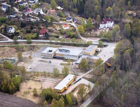 PRIORITERT: Ny skole i Sætre blir prioritert i nye Asker, men vil ikke kunne stå klar før om fire til seks år. Flyfoto: Henning Jønholdt