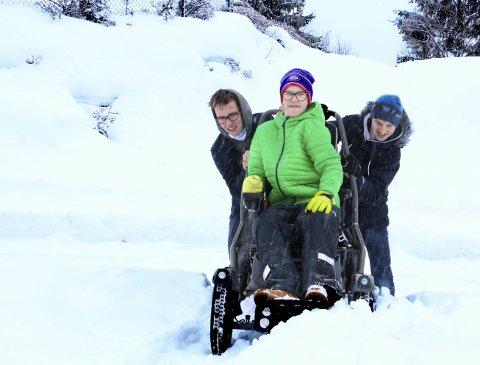 UFRAMKOMMELIG SKOLEVEI: Jesper Føreland (15) er avhengig av drosje for å komme seg til skolen hele vinterhalvåret. Hadde gangveien han – og alle de andre Slingrebekk-elevene – bruker, vært brøytet og strødd, hadde Jesper kommet fram med rullestolen hele året.