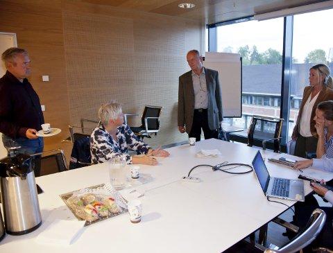 INTENS: Det ble en intens diskusjon mellom Heidi Sorknes (sittende t.v.) og Trond Røed (midten) etter planutvalgsmøtet tirsdag kveld.