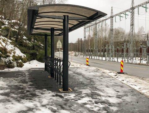 UNDER TAK: Sykkelparkeringen i Bødalen er under tak.