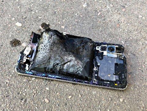 TOTALSKADD: Da eleven ved Sande ungdomsskole åpnet dekselet for å ta ut batteriet, begynte det å ryke og gløde.