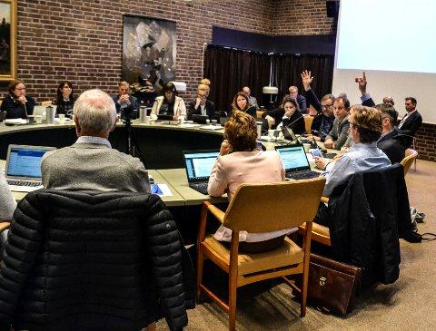 BARE TRE: Bror-Lennart Mentzoni (KrF), Harry Gran (Frp) og Cathrine Andersen (Frp) rekker hendene opp for å gå videre med sykehjemsbygging på Haukerød. Resten av formannskapet satt i ro. Det endelige alternativet blir avgjort i kommunestyret.
