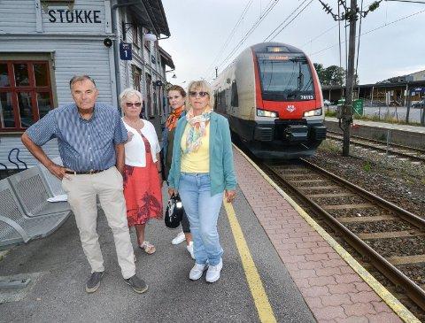 STÅR SAMLET: Mange i Stokke deler bekymringen til Nils Ingar Aabol (t.v.) for framtida til Stokke stasjon. De andre er Brit Omli Nilsen (73), Trude Helen Didriksen (45) og Evelyn Solberg (65).