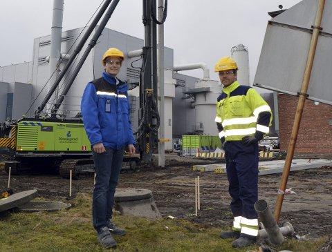 STARTET OPP: Mats Hjørnevik (t.v.) er markedssjef i Exilva Her sammen med ansvarlig for byggeprosjektet, senioringeniør Kenneth D. Terkelsen, på området til det nye anlegget.foto: privat