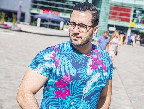 Mohammed Barzinje (21) fra sentrum har et håp om å leve av E-sport, eller Elektronisk sport som det egentlig heter. – Jeg har en drøm om å kunne utvikle dette i framtiden, sier 21-åringen. (Foto: Vetle Granath Magelssen)