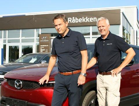NYTT BILMERKE HOS AUTO RÅBEKKEN: Daglig leder Gunnar Vignes og eier Kjell Ingar Brenne har allerede Mazda på plass i lokalene.