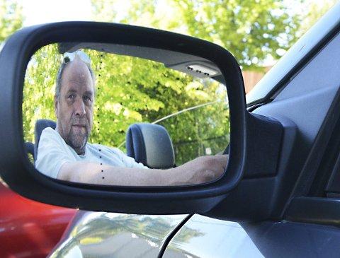 – Kjør pent: Bjørn Hanssen har vært kjøreskolelærer i mange år og sier at de som har hatt førerkort en god stund bør friske opp sine kunnskaper. Det er langt fra noe nederlag å gå på kurs.