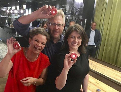 God stemning: F.v. Ingunn Herstad Hensel (V), Erik Unaas (H) og Kathrine Hestø Hansen (Ap) utgjorde vinnerlaget under Shuffleboard-turneringen på fellessamlingen på Gardermoen torsdag. – God stemning, slår Unaas fast. Foto: Privat