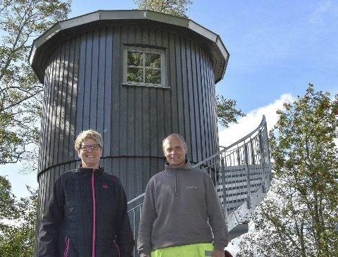 Turistattraksjon: Slik ser det nye fyrtårn-lignende bygget ut og det kan bli en ny attraksjon på Sandstangen. – Her er én av brønnene som drikkevannet pumpes opp fra, forklarer teknisk sjef Heidi Haakaas og driftsoperatør Magne Fosser.