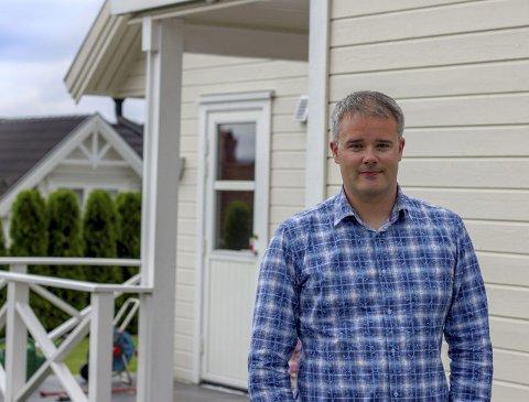REAGERER: Jan Robin Herregaarden i Skien reagerer på at selgere fra Falck gjentatte ganger har forsøkt å selge ham og familiemedlemmer en boligalarm på feil grunnlag.foto: mats tveraaen