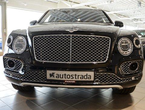 PEN I ANSIKTET: Bentley Bentayga W12 har mye krom og pynt i ansiktet, og vil garantert bli lagt merke til langs veien.foto: Fredrik strøm