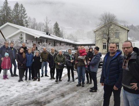 Tar kampen: Joar Lofthus og ordfører Bengt Halvard Odden har hele bygda i ryggen i kravet om at Skagerak må stå for gatelyset i bygda. De krever et møte med Skagerak om saken.