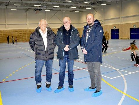 FORNØYDE: Bjørn Tønnesen (fra v.), Morten Jakobsen og Terje Haukedal i Brevik IL er glade for den nye hallen.FOTO: KRISTIAN HOLTAN