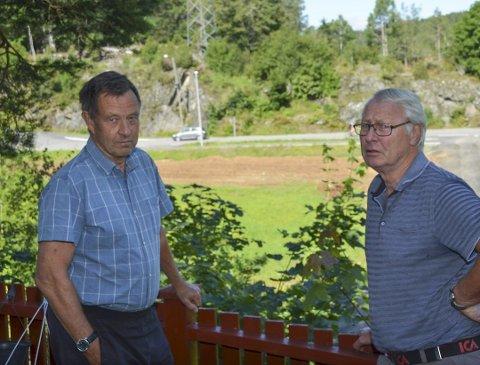 KLAGER: Jan von Krogh (t.v.) og Carsten Bakke er blant underskriverne på en klage til kommunen på måten det blir gjødslet med hestemøkk på jordene på Lislau gård.