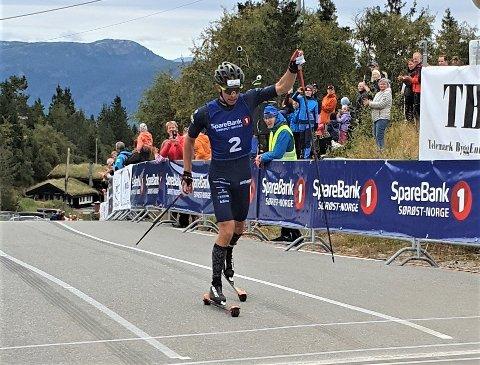 FØRSTEMANN OPP: Henrik Dønnestad fra Gulset ski/Team Telemark var førstemann til topps i rulleskirennet Lifjell opp. 24-åringen gikk i mål på den sterke tiden 34.20 etter å ha tilbakelagt 9 kilometer og nesten 600 høydemeter. Seiersmarinen ble på 37 sekunder.