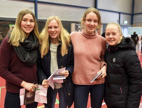 GRUNDIGE: Sandra Havnen (f.v.), Anne Tørre Hesjedal, Mina B. Simones og Kristin Nordgård gikk grundig til verks under Yrkesmessa 2018. De orienterte seg først, og gikk deretter rundt og stilte spørsmål til de som sto på stand for de nær 30 bedriftene.