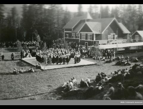 STEVNE I 1935: Det var folksomt på plassen ved Skogly i Gransherad da Telemark ungdomslag la sitt fylkesstevne til bygda i 1935. Nå ønsker dagens folkemusikere å gjenskape denne stemningen.