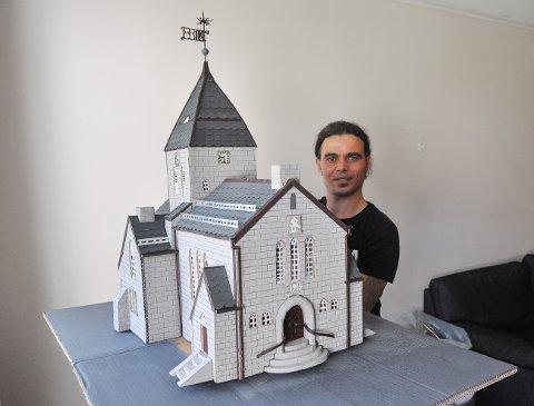 Mohamed Zaki Suleiman med sin replika av Nordlandet kirke. I papp.