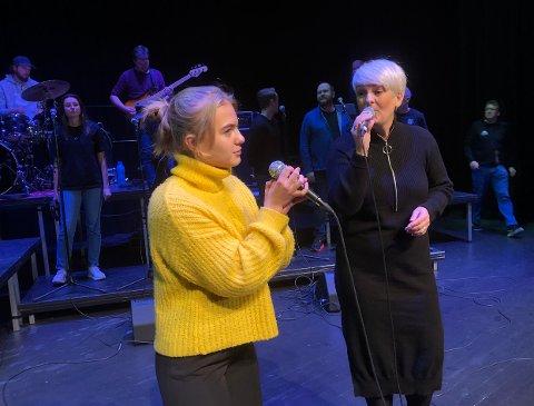 DUETT: Toril Moe (til høyre) er et kjent ansikt med en flott stemme som det lokale publikummet har møtt og sett ved flere anledninger. Når konserten Vida la vida - Det beste av Coldplay settes opp i Surnadal kulturhus fredag 5. og lørdag 6. november er 16 år gamle Ellen Svendsen Fiske med som en av vokalistene. Publikum får blant annet høre de to i en duett.