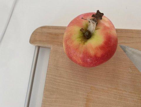 EKKELT: I eplet ligger en liten skapning og lurer ved eplestilken. Det fikk Lisa Bunes til å hyle.