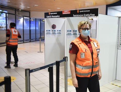 ENORM INNSATS: Leder Kjersti Løvik i Stjørdal Røde Kors er svært fornøyd med å ha fått bistand fra naboene til å håndtere oppdraget ved Trondheim lufthavn Værnes.
