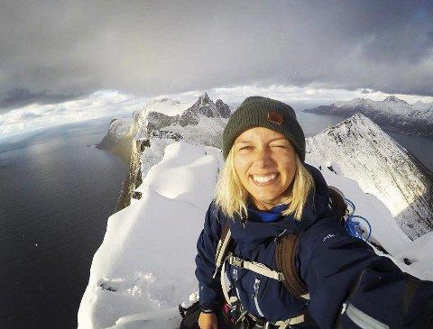 Fantastisk: Her har Caroline Eldrup en utrolig utsikt på toppen av fjellet Segla på Senja, hvor hun var i slutten av september. Privat foto