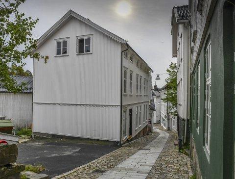 Pusset Opp: Gjestegården (Holgata 6) fremstår mye bedre utvendig enn da tidligere eier overtok det forfalne huset i 2013. I november ble det lagt ut for tvangssalg etter konkurs.Arkivfoto