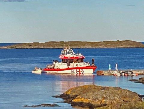En jolle som hadde fått motortrøbbel måtte få hjelp av redningsskøyta «Inge Steensland» og ble tauet inn til Holmesund. Foto: John A. Nilsen, Skibsaksjeselskapet Hesvik