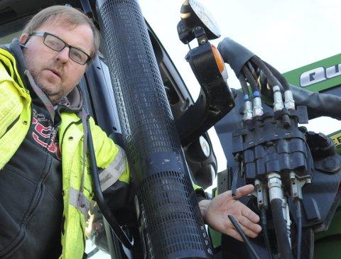 Kappa leidning: Ulrik Rognås syner ein av dei elektriske leidningane til hydraulikken som er kappa, og som dermed har sett denne delen av utstyret ut av spel.