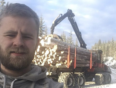 Grønt skifte: Svein Hovi (25) jobber i en framtidsrettet næring. Han stortrives i hogstmaskinen, som går fra morgen til kveld om dagen.