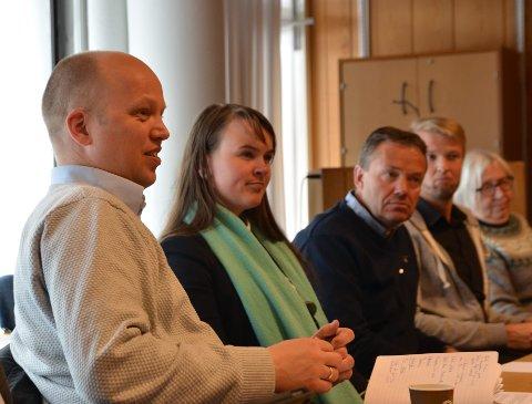 Fagernes: Her er Trygve Slagsvold Vedum (f.v.) i møte med Marit Knutsdatter Strand og ordfører Knut Arne Fjelltun. Slagsvold Vedum reagerer på Høyre sine utspill om nye runder med kommunesammenslåing.