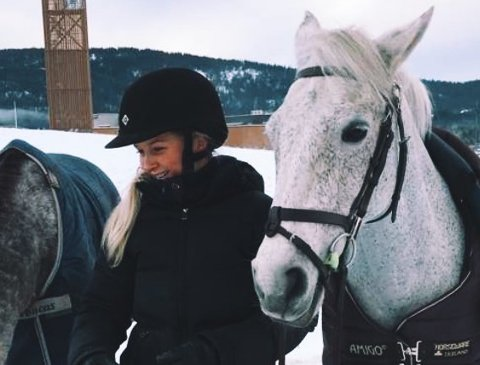 ADVARER: Pernille Smøttebråten og hesten Eddy kom mandag over rådyret skadet i skogkanten ved Vestenga, nær Rotnes. – Jeg så først en rev som holdt på med rådyret, men ifølge de som kom til og avlivet dyret skal det ha blitt felt av en hund, sier hun.