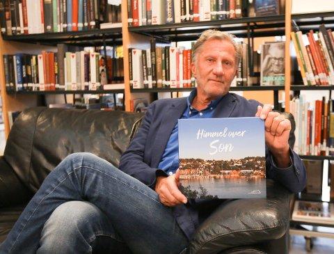GAVE: De fem første årene med Son kulturkirke er dokumentert i boka til Svein Gran. Forleggeren og ildsjelen velger å gi bort boka til menigheten og innbyggere i Son.