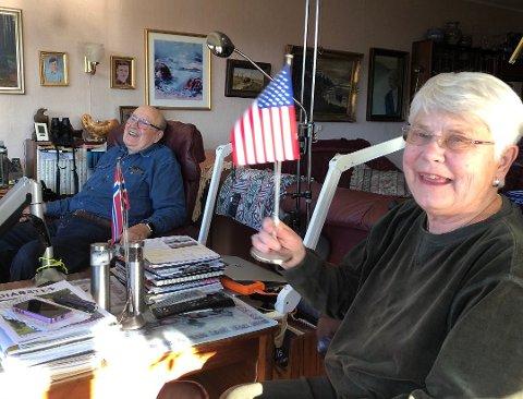 Feirer ny president: - Hadde det ikke vært for været, skulle vi heist det amerikanske flagget, sier Nancy Wilhelmsen på Elle i Drøbak. I bakgrunnen mannen Øyvind Wilhelmsen.