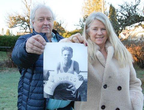 """KRIGSSEILEREN HARRY: Søsknene Hilde og Dag Olausson med et bilde av faren som sjømann ombord på M/S """"San Andres""""."""