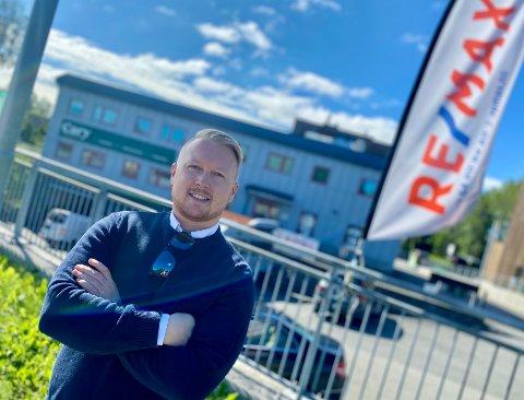 GODT I GANG: Jostein Engen og Re/Max eiendomsmegling har kommet godt i gang i nytt lokale i Nordbyveien, på Ås-siden av kommunegrensen.