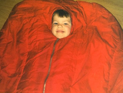 Eg var ikke særleg større enn dette då eg fekk min første sykkel. PS: artig kor gøy det kan vere å liggje i ein sovepose på loftet.