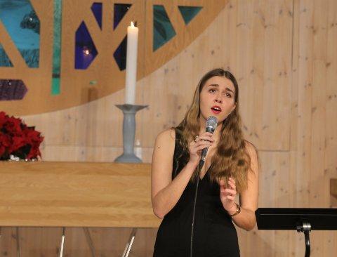 """Emilie Wilkensen Lygre ein av dei dyktige solistane på konserten, ho song """"The Christmas Song"""" og """"When you wish upon a star""""."""
